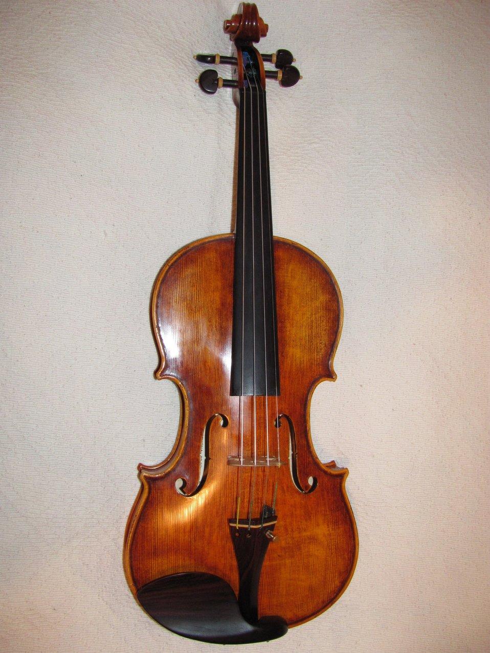 Italiano:  violino copia di uno Stradivari, questo è un eccellente esempio dell'opera del maestro liutaio Alfredo Primavera