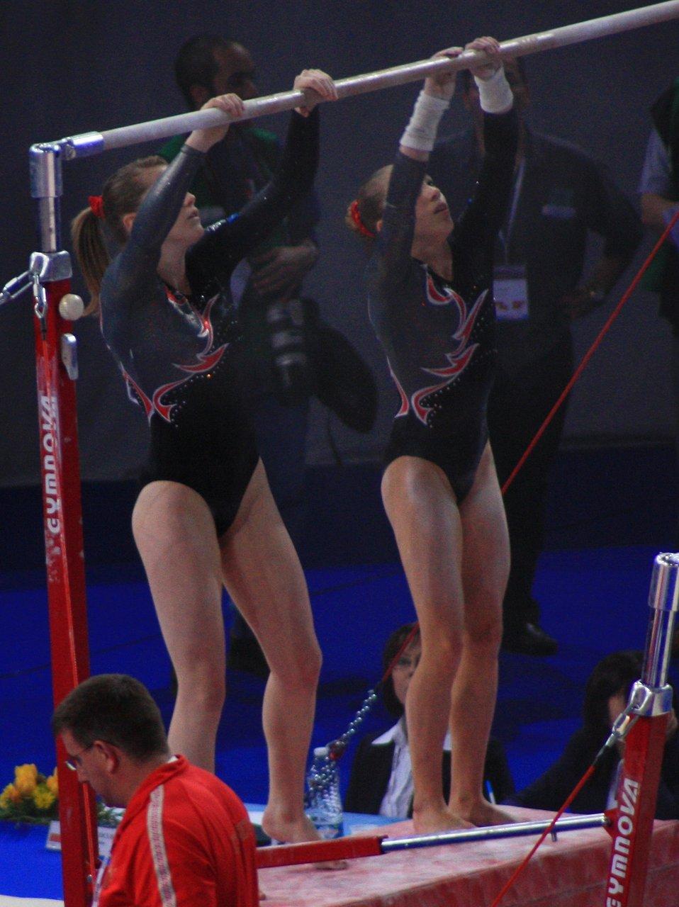 Français�:  Deux gymnastes russes préparant les barres asymétriques avec de la magnésie avant leur passage, en qualifications des 17e Internationaux de France en 2010.