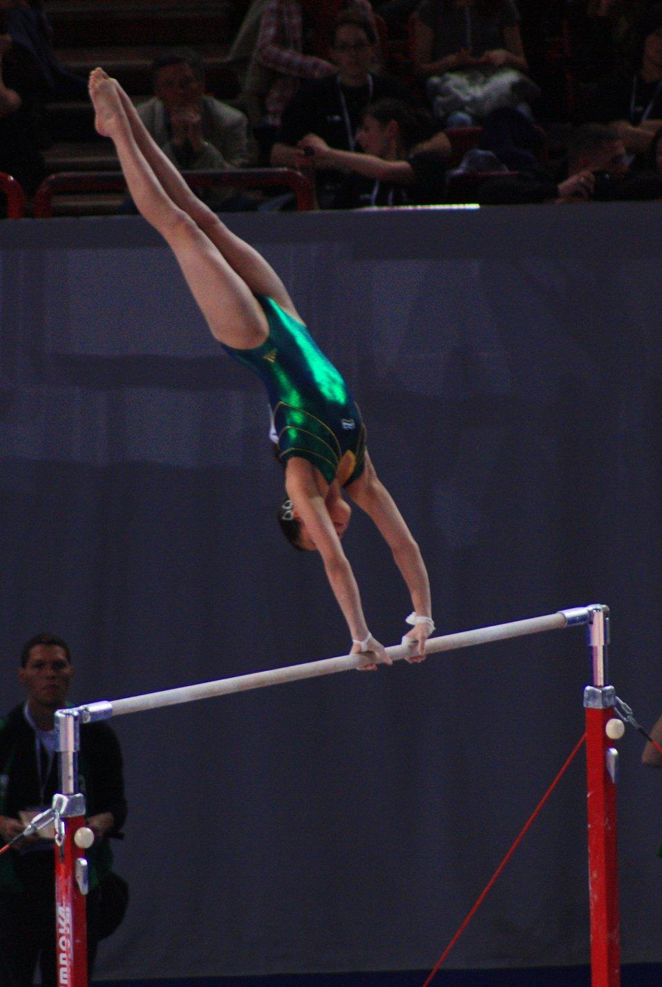 Français�:  Asal Saparbaeva lors des qualifications des barres asymétriques aux 17e Internationaux de France, en 2010.