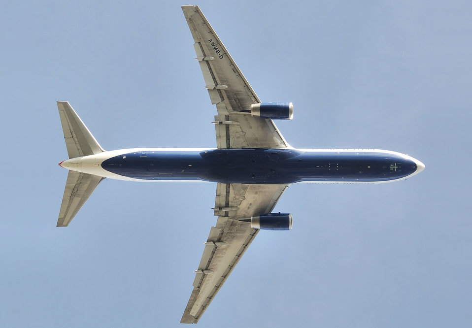 British Airways Boeing 767-300 (G-BNWA) takes off (over my head) from London Heathrow Airport, England. The undercarriages have retracted. Français:  Un avion Boeing 767-300 de la British Airways décolle de l'aéroport d'Heathrow, en Angleterre. Son