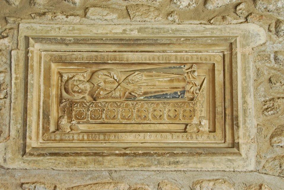Deutsch:  Ste-Eulalie-et-Ste-Julie d'Elne, Tafel in Südgalerie,Srkophag mit Verstorbenem