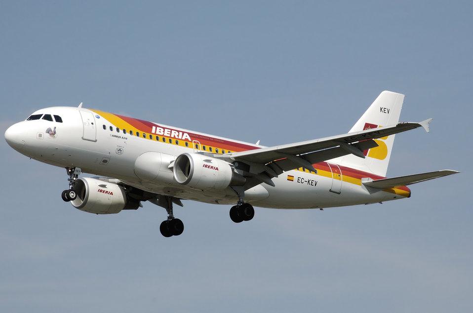 Iberia.a319-100.ec-kev.arp.jpg