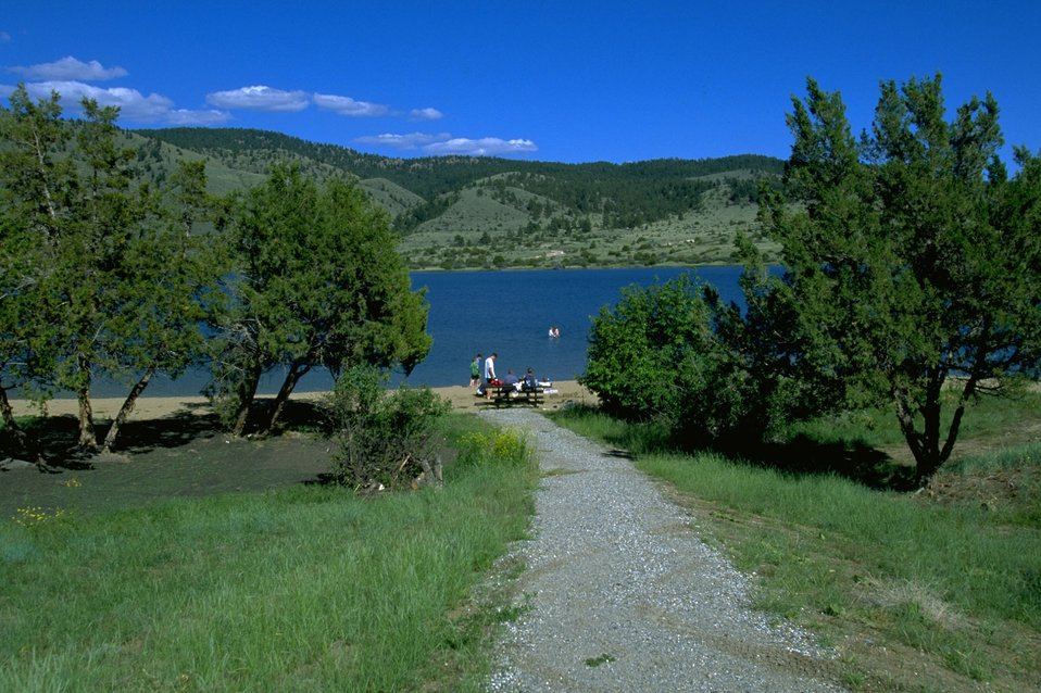 Pathway to the picnic area by Hauser Lake