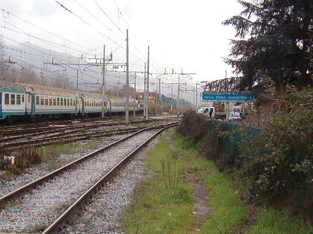 Italiano:  un treno in transito presso la stazione di Massa Zona Industriale