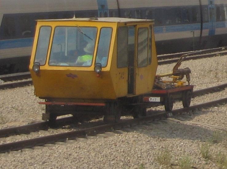 עברית:  קרונית תחזוקה 742 של רכבת ישראל בתחנת לוד
