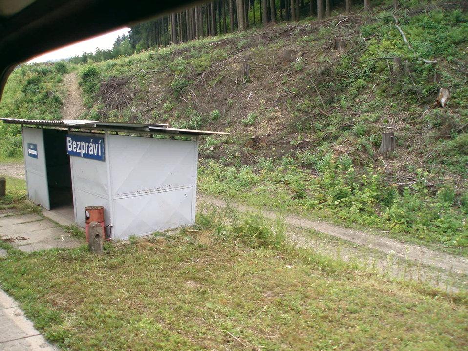 Čeština:  Vlaková zastávka Bezprávi