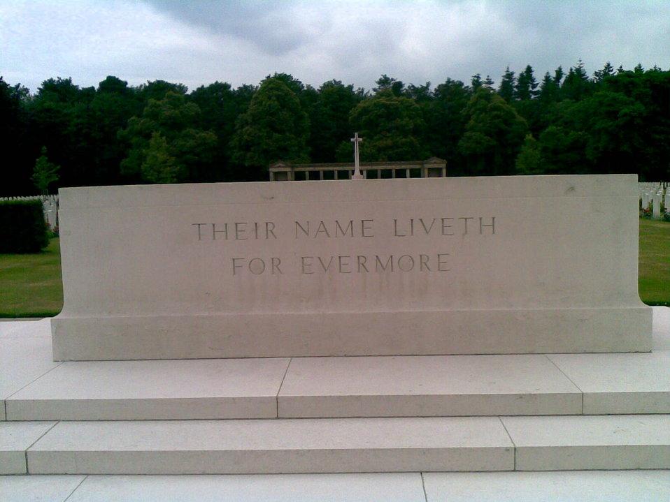 Deutsch:  Rheinberg War Cemetery- Altarstein mit Aufschrift