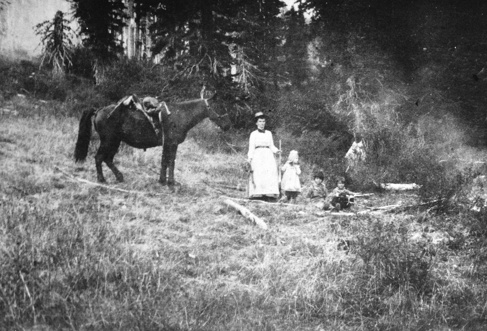 Annie, Alpine, Ivin and Evered Billings at Bear Camp C. 1904
